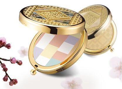 雪花秀2003花釉香粧盒&花釉彩妍盒首度推出的限量款精品底妝,特別以金色元素突顯出系列貴氣與優雅感。細節上也很用心,細緻的小花樣,再搭配帶有其他色彩的材質,讓粉盒碗如藝術品般值得收藏。