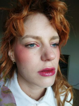 走在秋天的街頭, 映照成渲染在雙頰的紅