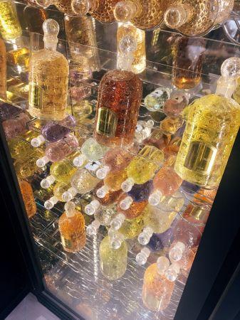 超酷的香水酒窖,以最適合的光線和精準的溫度儲存經典蜂印瓶中的嬌蘭香水,就像酒窖一樣。