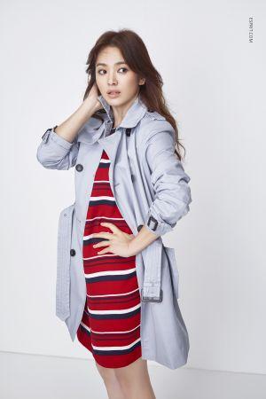 經典的風衣讓整體造型更加分,柔和的粉色系搭配春天的好天氣最應景。