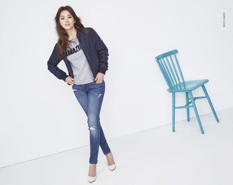 飛行外套是街頭造型不可或缺的基本單品,搭配牛仔褲展現女孩帥氣酷勁。