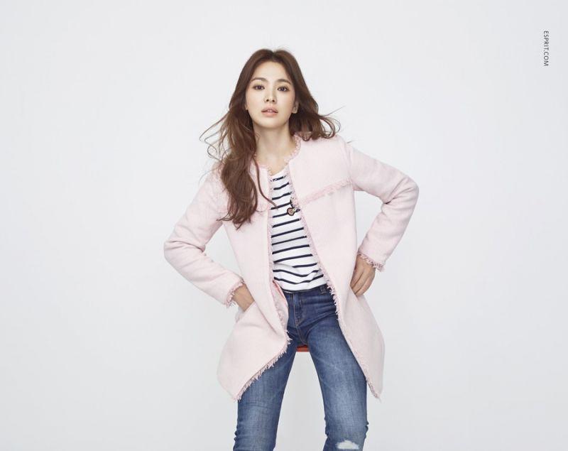 條紋永遠都是百搭的選項,俏皮的徽章圖案增加時尚度,搭配粉嫩色長版外套,掃去寒冷的憂鬱心情。