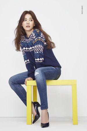 Oversized大毛衣的舒適質料,帶點民俗風設計,搭配牛仔褲和高跟鞋就很有型。
