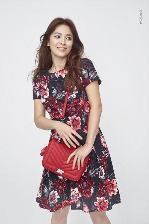 別緻的花卉印花圖案最適合新春節日!看似洋裝,其實是上衣加短裙的成套搭配,加上個顏色鮮艷的包包,成為一大亮點。