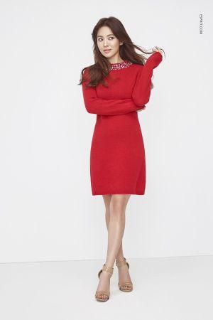 紅色是這個季節與節日的顏色,舒適的針織洋裝,在領口處點綴了寶石,讓造型更加閃耀。
