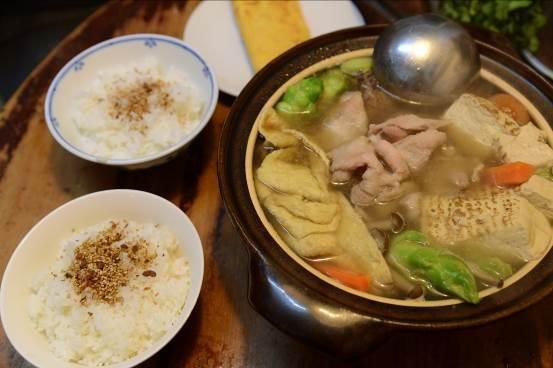 土鍋如果有神明存在的話,那我一定是土鍋宗教的虔誠信徒了吧。不時用米飯和湯物膜拜。