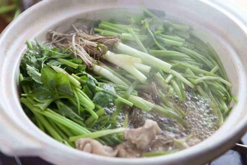 芹菜火鍋-賞味期間:每年12月~隔年3月宮城縣是全日本芹菜生產量最多的地方,也因此宮城縣冬天一定要吃的美食之一就是「芹菜火鍋」。「芹菜火鍋」的特徵就是將富含維他命C與食物纖維的芹菜大量放入鍋裡,就連芹菜根部也一起品嘗。湯頭從雞湯到柴魚湯、昆布湯都有,根據餐廳不同而異,火鍋料則是蔥、牛蒡、雞肉或是鴨肉。在名取地區最具代表的「YURUAGE港朝市」裡可以享受到最道地的「芹菜火鍋」。