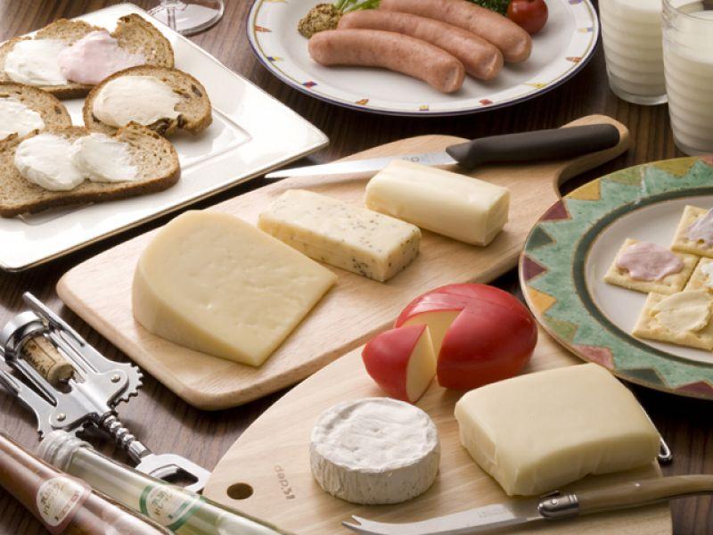 藏王起司-賞味期間:一年四季藏王連峰山麓下的七日原高原裡有許多牧場,飄著歐洲的氛圍,每天都會生產出相當濃醇美味的新鮮牛乳。當中最具代表的乳製品正是「藏王起司」。起司的歷史悠久而且有上千種的起司,這裡生產的起司主要是以「奶油起司」、「熟成起司」與「莫札瑞拉起司」3種為主。這3種起司有各種口味,特別是奶油起司甚至有10種不同的風味,從原味、蒜味、番茄九層塔到各種水果口味,草莓、柑橘、洋梨等等。這裡也生產最適合起司一起品嘗的蘇打餅乾,沾上各種口味奶油起司的蘇打餅乾,會讓您一口再一口。
