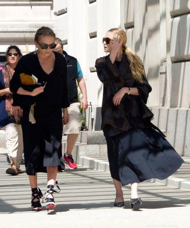 奧森姐妹Olsen Twins / Mary-Kate Olsen 157公分 & Ashley Olsen 160公分從童星起家的奧森姐妹早已從演員轉行成時裝設計師,對時尚超有見解的她們自創的時裝品牌Raw,早已是許多時髦人士爭相追捧的時裝品牌,而身材嬌小的她們更是懂得用合宜的單品,穿出時尚態度,不特意追求性感,即使一身隨性,也搭配的很有個性。
