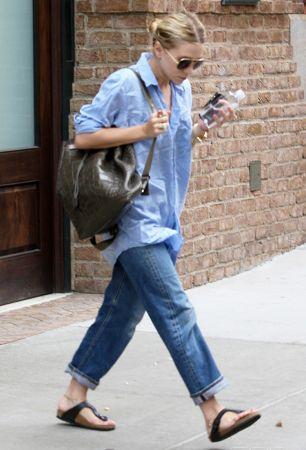 寬鬆牛仔褲、皮革拖鞋、藍襯衫,這三種好像很不時髦的單品竟然能被Ashley穿得這麼有型,仔細觀察會發現細節真的是穿衣服時不可忽視的重點!牛仔褲反折至最合宜的九分長度,襯衫的袖子也千萬別忘了捲起,Ashley用了許多小配件,讓整個Look更有時尚感,腳鏈、手環、戒指,再搭上質感好的包包以及墨鏡,就是一個充滿休閑感又不失態度的打扮。