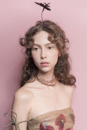 在秀上Model仙氣十足的妝容中,妝創意形象總監Peter Philips僅在下唇中間輕點色號550的癮誘超模漆光唇釉。
