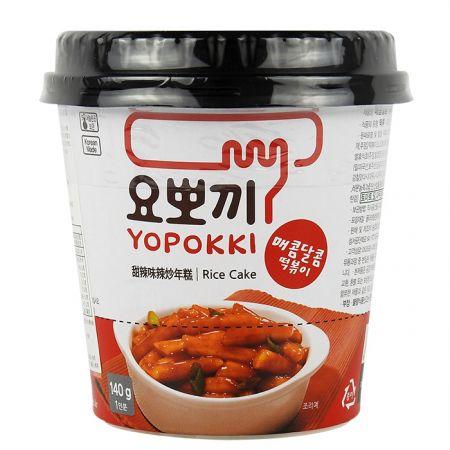 韓國 YOPOKKI 辣炒年糕 隨身杯 :內富有真空年糕與辣炒醬,通通倒入杯中蓋上蓋子上下搖勻後加入熱水用微波兩分半加熱,就有一大杯熱辣過癮的韓式炒年糕囉。