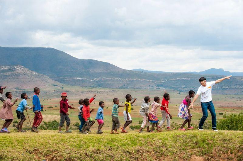 「那邊什麼都沒有,但人們都很堅強,也很樂觀。」宥勝說。賴索托約有40%民眾生活於貧困線(日收入1.25美元)以下,220萬人口中,19歲以下兒童及少年便佔了46%。