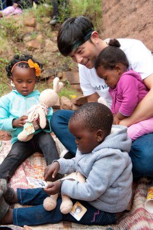 宥勝前往探望資助的孩童:娜娜,小可和莫莫,特別疼愛一歲半的莫莫,「我看到她的所有行為就是跟蕾蕾很像,吃手指啊、找媽媽啊,對人的距離感的評估啊,可能是在想女兒吧。」