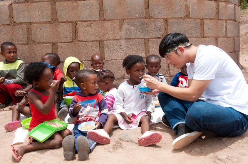 彭加牧師在展望會協助下推動「營養餵食方案」,協助 6 歲以下兒童早上九點獲得早餐,下午四點獲得晚餐。