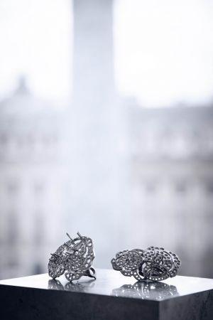GABRIELLE CHANEL耳環由位於巴黎芳登廣場(Place Vendôme)18號CHANEL頂級珠寶工坊所打造的作品,準備進行寶石鑲嵌的耳環部件。