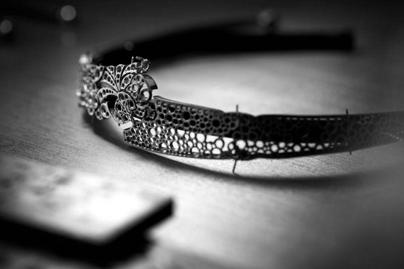 JEANNE頭飾由位於巴黎芳登廣場(Place Vendôme)18號CHANEL頂級珠寶工坊所打造的作品,頭飾珠寶不同部件暫時定位,尚待創意工作坊審核。