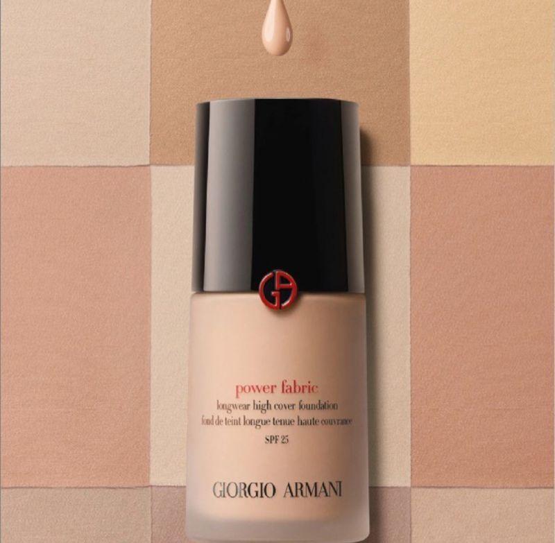 Giorgio Armani Power Fabric 粉底液加入了全新精油粉末配方,使質地更輕透,卻滿足使用者想要的遮瑕力。