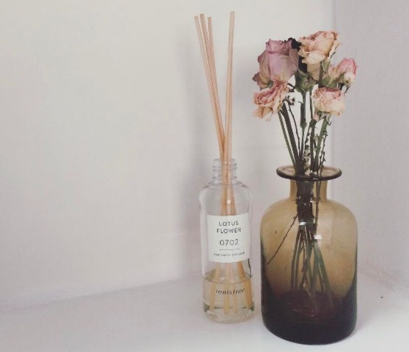 innisfree居室純粹香頌系列在網路上大紅的innisfree居室純粹香頌系列,都是以自然淡雅的氣味為主,有甜美花香、中性森林氣息甚至是剛洗完澡的乾淨氣息都可模擬,製造出最理想的療癒情境。喜歡它簡約的瓶身設計,加上推出的香氛都會有一組數字,代表調香師創作這款香氛產生靈感的日期,是非常有意思的巧思。推薦者:Marie Claire資深美容健康編輯 小米