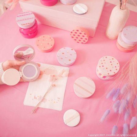 innisfree「粉紅色」MY CUSHION 舒芙蕾氣墊粉餅就像買了手機後,手機殼會一個接一個買一樣,Innisfree為招牌的氣墊粉餅推出了多達100色的專屬粉盒,不僅紅、藍、綠、黃、橘等顏色可選,連圖案都有條紋、點點等變化,讓人買了舒芙蕾粉餅後,更忍不住失手買了很多外殼。三月據說還要再推出「粉紅色」MY CUSHION 舒芙蕾粉餅盒系列,讓人怎麼受得了?只好從現在起開始物色要買哪款新衣了!推薦者:Marie Claire美容編輯 巧巧