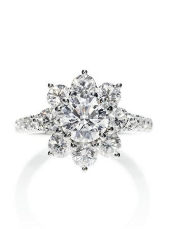 海瑞溫斯頓Sunflower鑽石戒指(維多利亞·嘉絲蒂配戴)