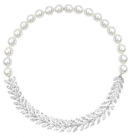 娜塔莉波曼於片中配戴多件伯爵高級珠寶Limelight Mediterranean Garden18K白金項鍊,鑲嵌87顆圓形美鑽(約6.73克拉)、46顆馬眼形切割美鑽(約23克拉)及20顆珍珠(173.85克拉)G37M2440 台幣參考價格12,300,000元