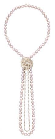 娜塔莉波曼於片中配戴多件伯爵高級珠寶Limelight Mediterranean Garden18K玫瑰金項鍊,鑲嵌中央單顆圓形美鑽(約0.72克拉)、408顆圓形美鑽(約21.92克拉)及86顆粉紅色珍珠(約494克拉)G37M5600 台幣參考價格5,750,000元