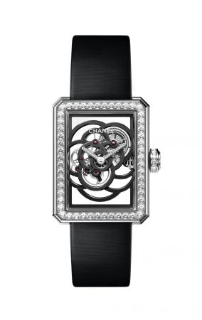 PREMIÈRE 鏤空山茶花腕錶編號發行。18K 白金錶殼(28.5x37毫米)鑲嵌92顆明亮式切割鑽石。指針鑲嵌17顆明亮式切割鑽石。18K白金錶圈鑲嵌104顆明亮式切割鑽石。18K白金錶冠鑲嵌24顆明亮式切割鑽石。黑色絲緞錶帶及18K 白金雙層折疊式錶扣,鑲嵌30顆明亮式切割鑽石。手動上鍊機械機芯(48小時動力儲存)。功能:時、分顯示。鑽石總重:5.54克拉。