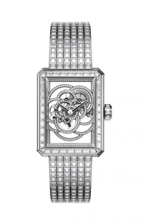 PREMIÈRE 鏤空山茶花腕錶限量發行12枚。18K 白金錶殼(28.5x37毫米)鑲嵌47 顆長階梯形切割鑽石,及鏤空山茶花鑲嵌246顆明亮式切割鑽石。18K白金錶圈鑲嵌42顆長階梯形切割鑽石及52 顆明亮式切割鑽石。18K白金錶冠鑲嵌16 顆長階梯形切割鑽石及11 顆明亮式切割鑽石。18K白金錶鍊鑲嵌282顆長階梯形切割鑽石,18K白金雙層折疊式錶扣鑲嵌30顆明亮式切割鑽石。手動上鍊機械機芯(48小時動力儲存)。功能:時、分顯示。鑽石總重:22.7克拉。