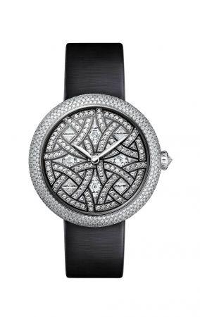 MADEMOISELLE PRIVÉ 奧巴辛腕錶限量編號發行5枚。18K白金錶殼(37.5毫米) 錶殼鋪鑲552顆明亮式切割鑽石(3.03克拉)。18K白金錶冠鑲嵌1顆鑽石(0.19克拉)。錶盤鑲嵌明亮式切割鑽石、梯型切割鑽石及特殊切割(2.68克拉)。黑色鍍銠飾以白金線。18K白金指針。黑色絲緞錶帶及18K白金雙層折疊式錶扣鑲嵌80顆明亮式切割鑽石(0.48克拉)。自動上鍊機械機芯。功能:時、分顯示。防水深度:30米。