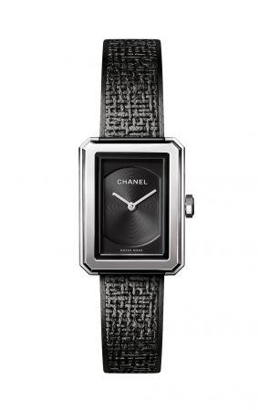 BOY.FRIEND 黑色斜紋軟呢腕錶_小型款小型款 (21.50 x 27.90 x 6.23毫米)。精鋼錶殼。黑色扭索紋錶盤。精鋼錶冠鑲嵌凸圓形黑色尖晶石。鍍黑精鋼斜紋軟呢圖騰錶鍊。雙層折疊式精鋼錶扣。高精準度石英機芯。防水深度:30米。功能:時、分顯示。