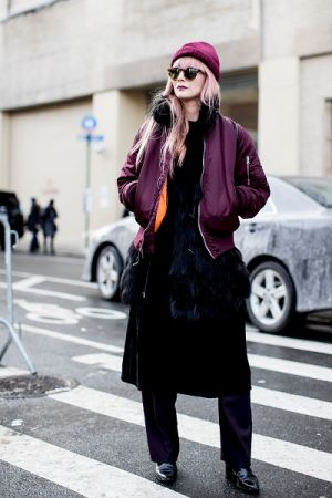 莓紫色的飛行外套本身已經夠搶眼,讓全身黑的穿搭也能一秒有重點,相呼應的帽子顏色更是畫龍點睛。
