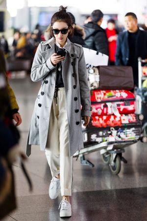 周冬雨Burberry 2017年2月時裝秀將在台灣時間2月21日凌晨3:30登場,這回周冬雨也受邀出席這場大秀,在秀前兩天即將出發倫敦的她,再度穿著Burberry風衣外套現身機場,這次選了淡藍色款式,搭配黑羊絨毛衣和絲質運動褲,休閒又時髦,搭配Banner包包充滿英倫風格。