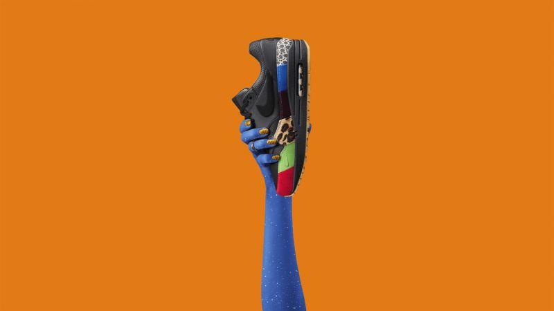 """Nike Air Max 1 Master這雙Air Max 1 三十週年紀念鞋款混合原著鞋款的紅色鞋頭、深受喜愛的""""Safari""""印花,以及向其他經典細節致敬的設計元素。"""