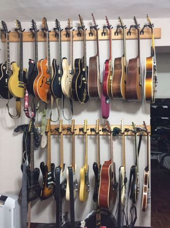 王治平愛吉他成痴,光是客廳就有多把吉他,全盛時期收藏達七十幾把