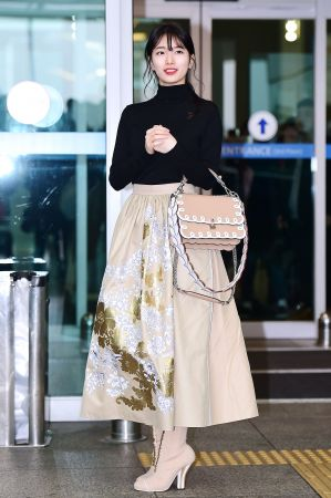 秀智秀智在飛往米蘭時裝週的機場上,一身FENDI米色刺繡長裙、黑高領上衣搭配短靴,提著FENDI最新包款Kan I選擇和裙子同色系的款式,甜美中帶點個性