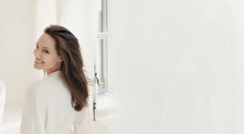 嬌蘭「我的印記淡香精」重量級代言人安潔莉娜裘莉,描繪的是南法莊園大自然環繞與柔和天光下,一個女人生活中的每一個片刻,她微笑、悲傷的情緒。