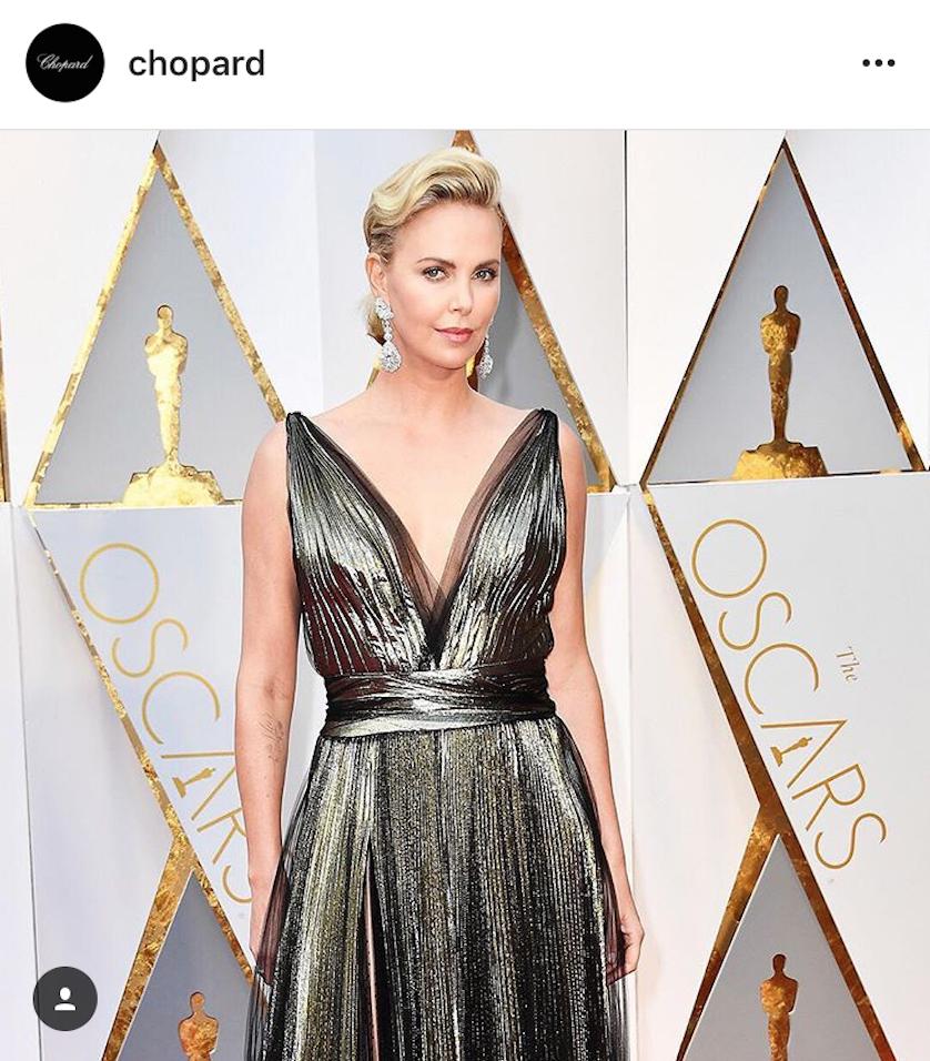 莎莉賽隆Charlize Theron同樣也以大型耳環走上紅毯,這是來自Chopard頂級珠寶系列的鑽石耳環,碩大耀眼!