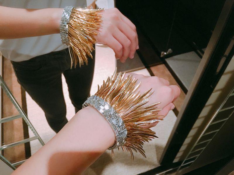 編輯剛好也在上週末於香港舉辦的頂級珠寶活動上,試戴了同系列的手環,晃動時還會發出金屬碰撞的聲響,細節真的相當讓人驚豔呢!