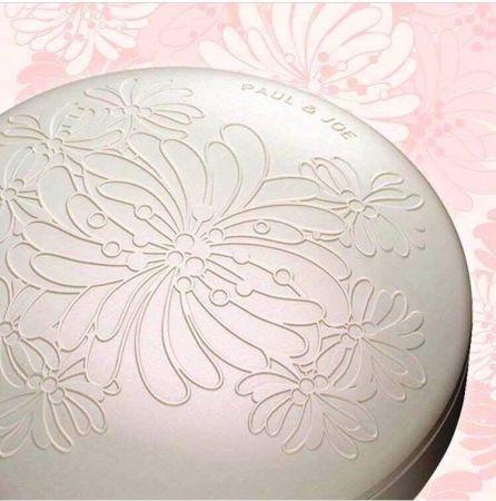 除了原先精美的嫩粉紅雕花之外,春天限定粉白珠光版