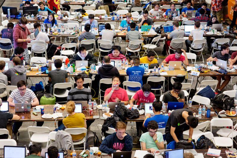 加州駭客松競賽Cal Hacks 2.0在柏克萊大學運動中心,來自各個地區的參加者一同加入「加州駭客2.0競賽」,這場於競賽為時36小時,據主辦單位統計這活動共湧進2,071位挑戰者,他們分別來自全球10個不同國家、143間學校。駭客松(Hackathon)顧名思義是專為駭客舉辦的馬拉松競賽,一場比賽常為期數日之久,讓程式設計、軟硬體開發者在既定時間內攜手合作,最終贏家可以獲得獎金與獎座。