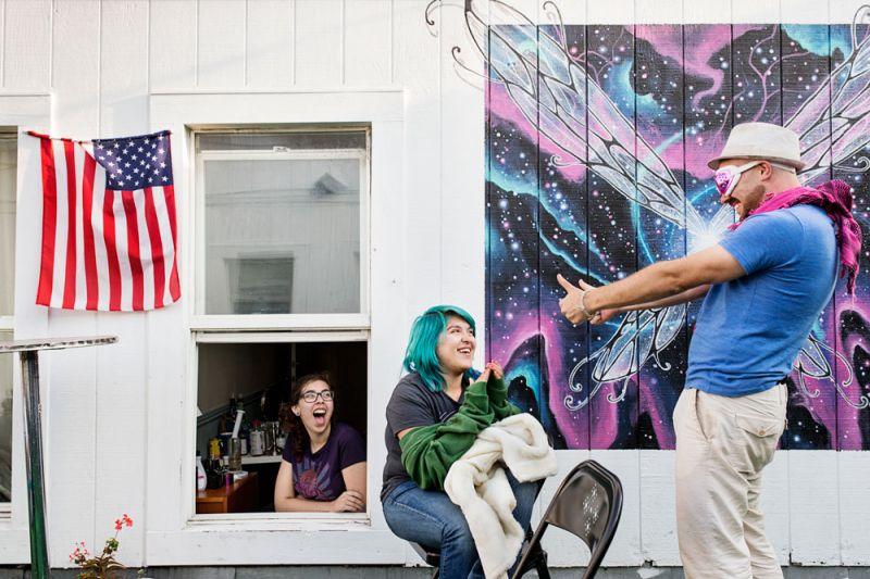 火人節前的準備工作The Burning Man Festival為準備參加著名的火人節活動,Adonis Gaitatzis(右)與他同住的室友 Angela Van Den Eeden(左)、Vivien Castillo(中)在住家前院,嘗試各種不同有趣裝扮。除了試裝以外,他們也一邊包裝準備送往火人節的包裹。