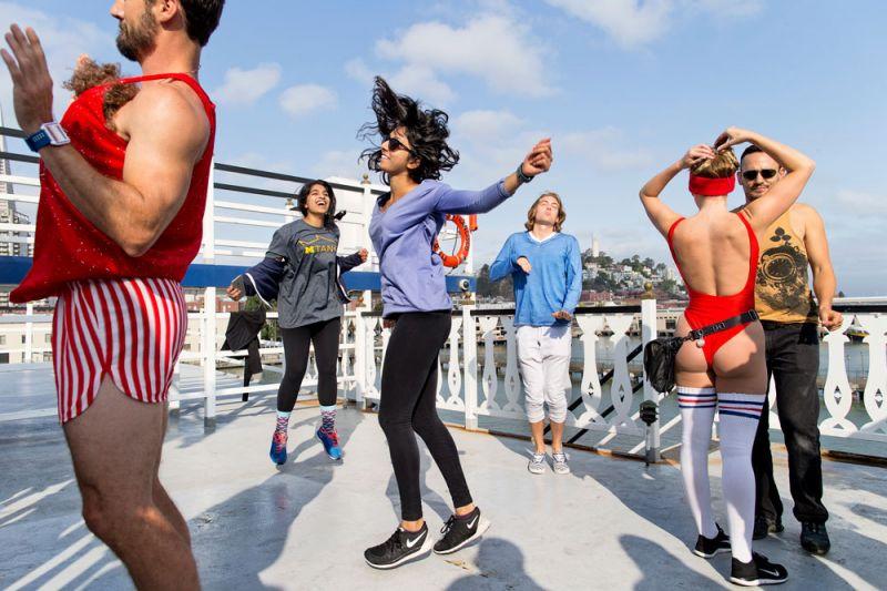 破曉熱舞Daybreaker PartySamidha Visai(中)與 Anushree Vora(左二),在舊金山一場名為 Daybreaker 的晨間派對、一同在郵輪上放肆熱舞。這兩位來自密西根的大學生,趁著暑期來到健康科技新創公司實習。著名的 Daybreaker 派對,是在週間早晨七點舉辦的活動,嚴禁參加者使用菸、酒與藥物,現場僅提供咖啡,對當地年輕工作者深具吸引力。參與者常在派對結束後直奔工作現場,透過舞蹈獲得一天的滿滿活力。