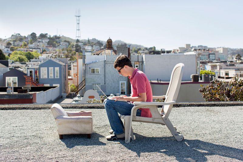 頂樓工作時光Before the Party StartGuillaume Lachaud,是一位為 Uber 開發 Android 應用程式的電腦工程師,2015年3月28日,他獨坐在住宅頂樓專心工作。這棟共同住宅內共有45位住戶,在改裝成現在的模樣之前,原是一間廢棄數年的飯店。如今,大多居住在此地的居民都是新創事業家或科學家、藝術家,當然也不乏有人是因為偏愛這樣的生活方式,選擇移居此地。