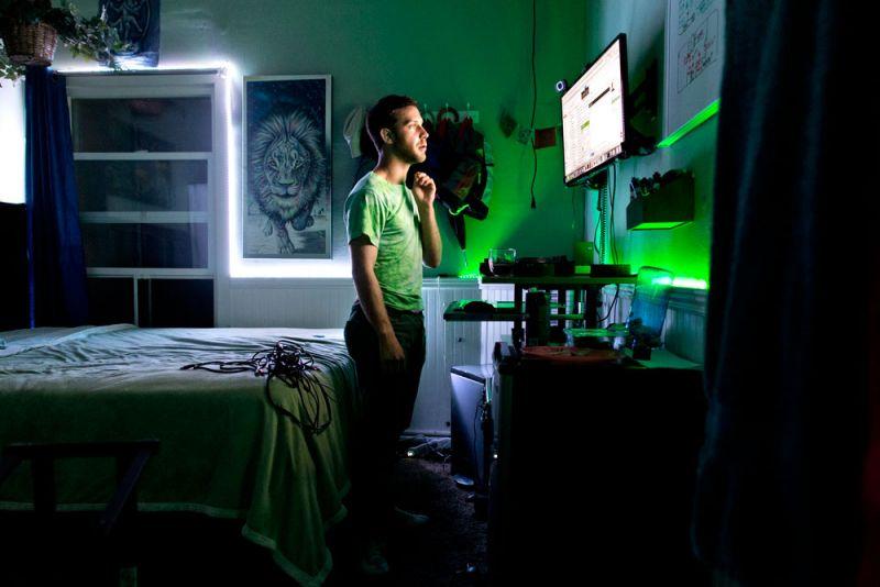 房間內的派對供應商Glow in The Dark2015年7月21日,Ben Greenberg 在位於舊金山的共同住宅房間內工作。除了是一位軟體工程師,Greenberg 也創辦了 Glowyshit.com 網站,上頭販售會在黑暗中閃爍光芒的飾品與派對裝飾。