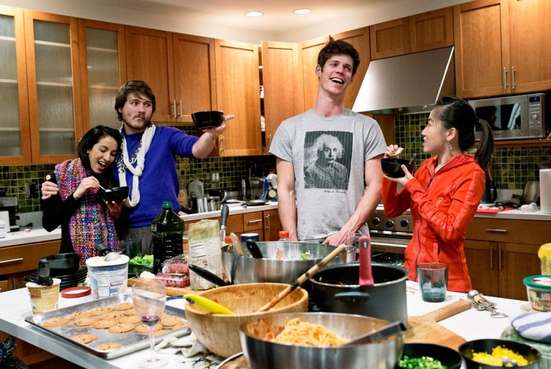 新創者晚餐聚會WeFunder's Dinner Party(由左至右)Noor Siddiqui、Conor White、Dylan Enright 與 Karen X. Cheng,正在舊金山 WeFunder 公司舉辦的晚餐派對上享用甜點。WeFunder 是一間眾募資金公司,讓新創事業者、投資者藉由網路取得連結。幾乎每週三,創辦人都會邀請相關產業好友,在公司一起吃頓晚餐,這空間也同時是多家公司的共同基地。
