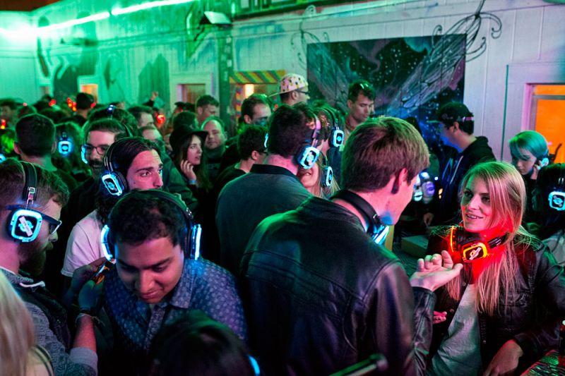 超酷耳機派對Co-Living House Party位於舊金山的共生住宅正舉辦三週年社區派對。來參加的賓客,在庭院裡戴著耳機、獨自聆聽DJ播放動感音樂。這類聚會在這社區經常發生,而更大型的派對往往會間隔數月舉辦一次。也因為這類超酷活動,讓社區在當地擁有高知名度。