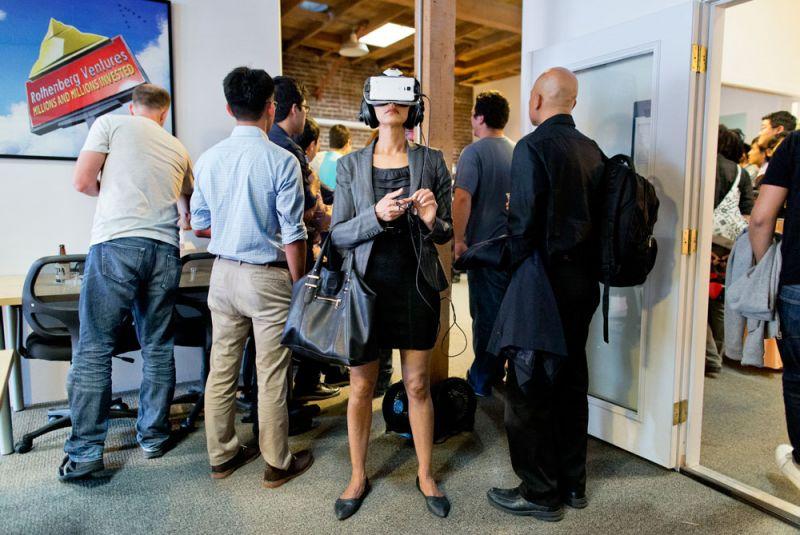 快樂時光Happy Hour這場 Happy Hour 活動,由舊金山知名的羅森伯格種子基金舉辦。面對鏡頭的參加者正在使用虛擬實境產品,而其他賓客則面向門外聆聽演說。羅森伯格是一間著名投資公司,邀請草創初期的科技公司參與,聚焦於千禧世代後的創業者;近期,羅森伯格創辦一個名為 River 的虛擬實境加速計畫,不僅全球首見,更著眼於熱門的虛擬實境領域。