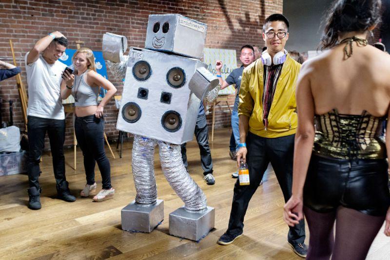 瘋狂機器人裝扮Robot CostumeChris Hirst 穿著他的機器人派對裝扮,在舊金山教會區的共同住宅內,與前來參與的賓客一同笑鬧。為了因應派對規模的日益擴大,住戶們決定在鬧區承租另一個場地、舉辦更多活動。Hirst 換上的這套機器人服裝,內建一組喇叭,讓他可以自由地在派對裡,播放喜愛的音樂。