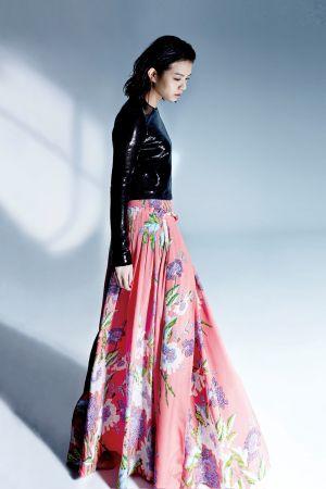 亮片裝飾上衣、印花長裙,both by DVF。